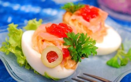 Jaja faszerowane łososiem z nutą czerwonego kawioru