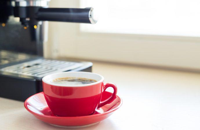 Szukasz dobrego sprzętu do parzenia kawy? Zobacz, jakie urządzania masz do wyboru!