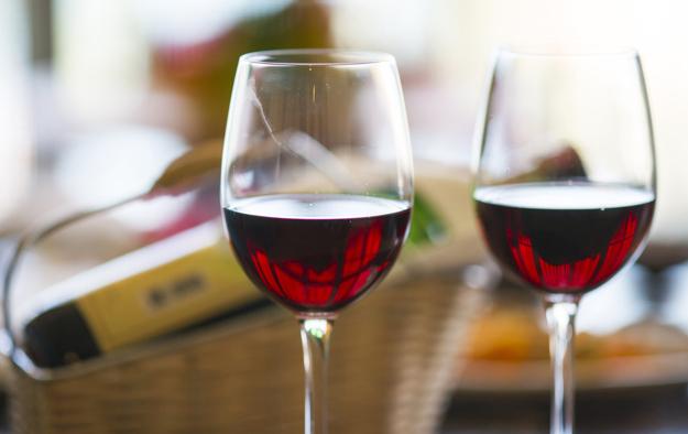 Po jakie wino sięgamy w ciepłe dni? Sprawdźmy, jaki alkohol najlepiej orzeźwia latem!