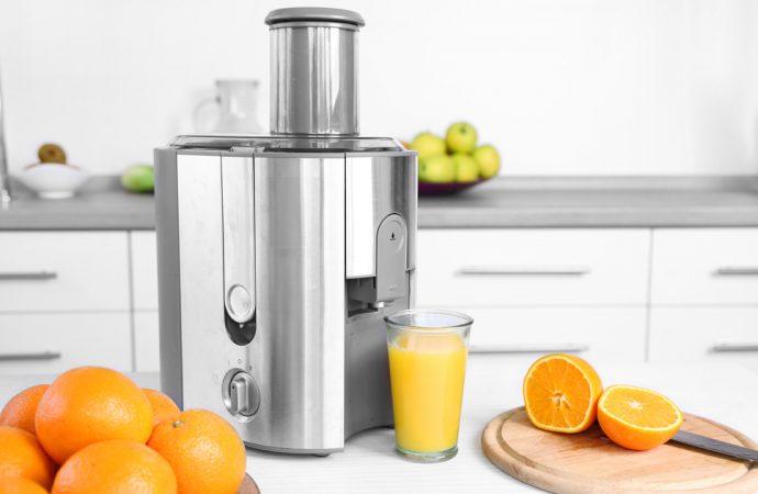 Kobieta w kuchni: jak przygotować idealny sok?